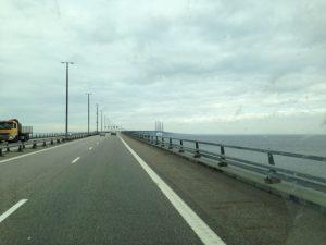 Varken jag eller Linda har åkt över bron tidigare. Ganska otroligt att vi människor kan bygga sådant. Trots att det är molnigt fick vi ändå en fin utsikt.